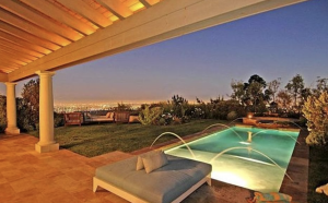 The backyard of the Beverly Hills Post Office mansion. (Credit: Realtor.com)