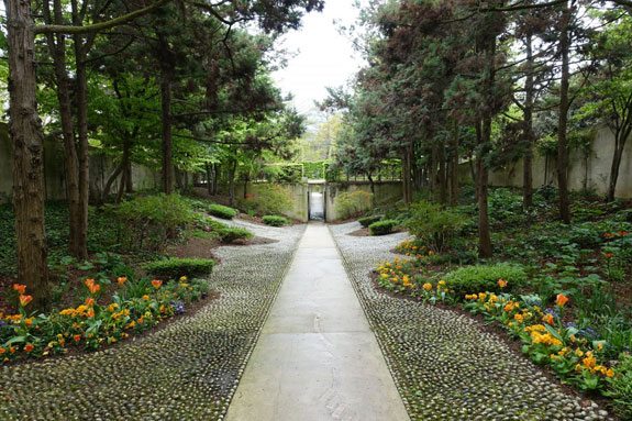 and-the-orange-garden-uses-iron-and-leafy-textured-plants-to-illustrate-ones-sense-of-touch-a-walkway-and-ramp-paved-with-uneven-stones-add-to-the-theme
