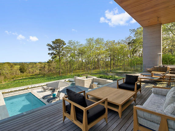 the-outdoor-deck-is-perfect-for-entertaining-guests