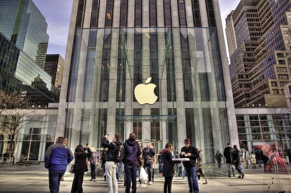 "The Apple flagship ""cube"" store at 767 Fifth Avenue ..."